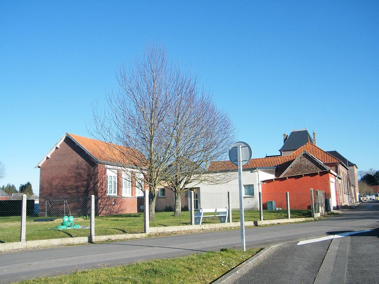 1280px-Embreville,_Somme,_Fr,_école